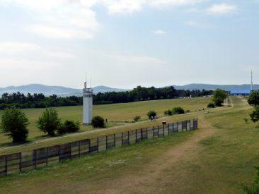 Die DDR-Grenzanlage vom Wachturm von Point Alpha aus gesehen