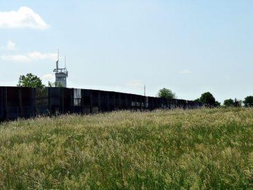 Blick auf den Steckmetallzaun der Grenzanlage