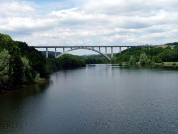 Der Froschgrundsee mit der Brücke des Milliardengrab DB-Schnellfahrstrecke Nürnberg–Erfurt