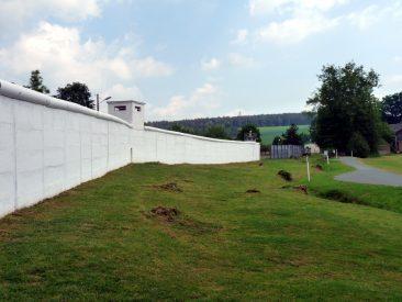 700m Betonmauer teilten 41 Jahre Mödlareuth in Ost und West