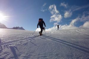 Ganz ohne Ausrüstung geht es auf Skitour nicht.