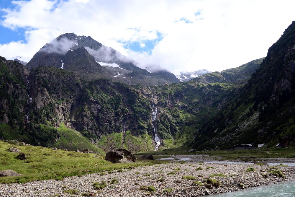Wer sucht der findet die Sulzenauhütte am Rand des Gletscherbeckens.