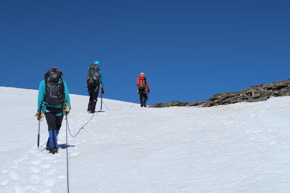 Sanft ansteigend geht es über Firn hinauf zur Sonklarspitze.
