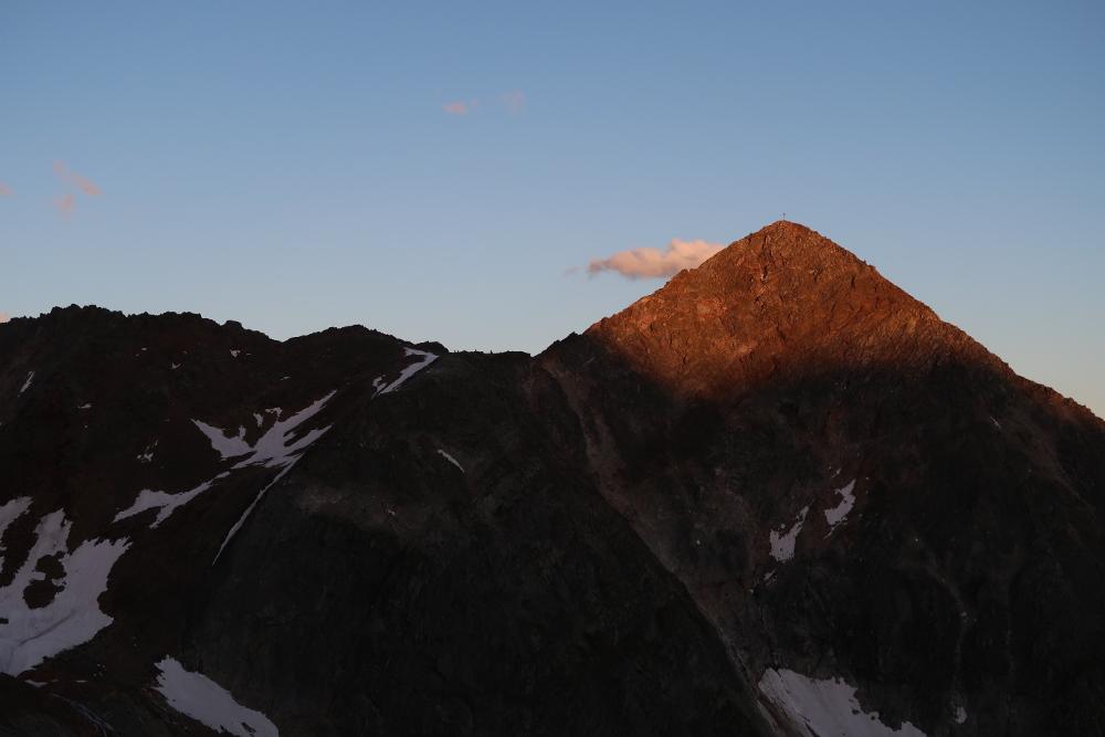 Am Abend beleuchten die letzten Sonnenstrahlen das Ziel der morgigen Tour: Die Schaufelspitze