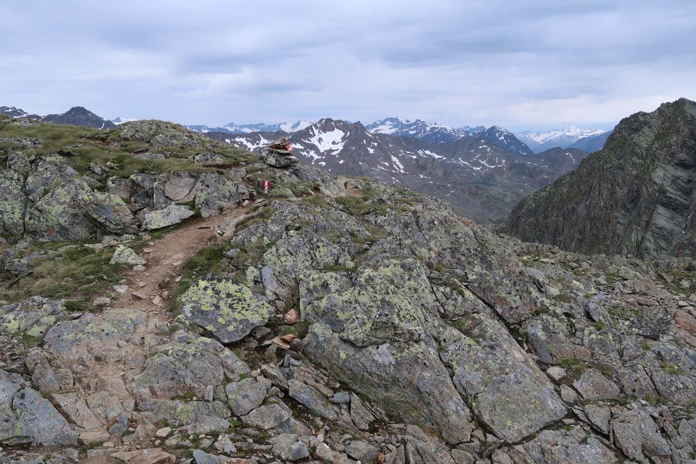 Der Steig zwischen der Hildesheimer Hütte und dem Schaufeljoch führt auf einem Bergrücken in Richtung des Stubaier Skigebiets.