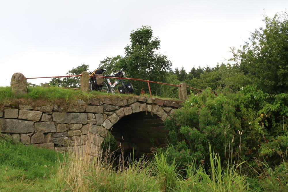 Die Bogenbrücke Povls Bro gilt als die schönste Brücke des Hærvejen.