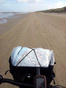 Auf dem Strand geht's von Blockhus bis Løkken mit deftigem Rückenwind gut voran.