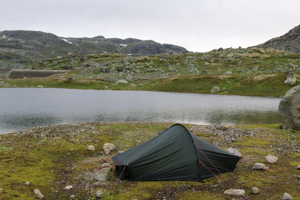 Mein verregnetes Camp auf der Vidda. Im Hintergrund erkennt man das Westportal des Finsetunnels.