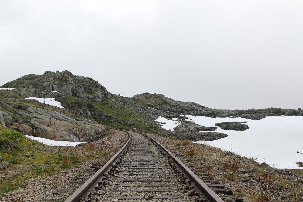 Die alten Bergenbahngleise kurz vor Finse. Heute ist dieser Streckenabschnitt außer Betrieb und durch den neuen Finsetunnel begradigt.