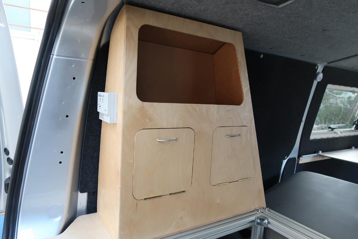 Der fertige Schrank im Bus. Auf der linken Schrankseite ist der KO-Gaswarner zu sehen.