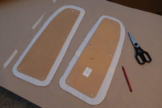 Zwei Verkleidungen auf den zugeschnittenen Vliesstücken