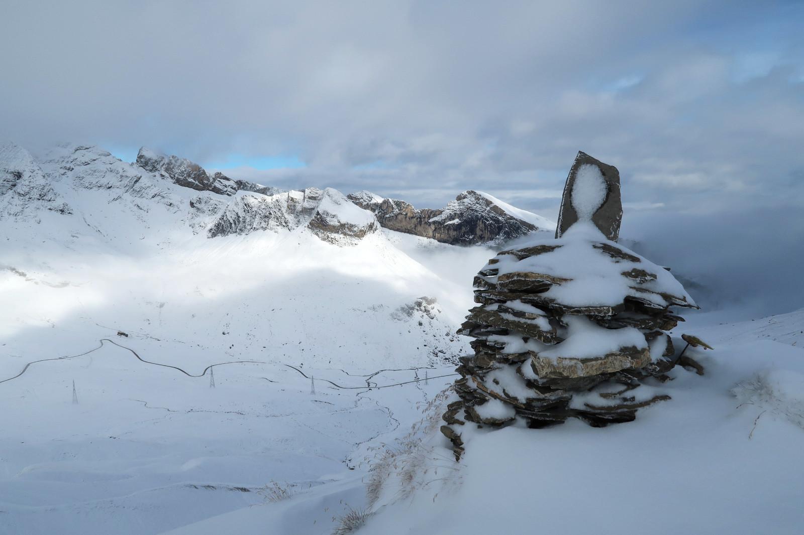 Steinmännchen markieren den Aufstieg. Unterhalb die Passstraße des Col du Sanetsch.