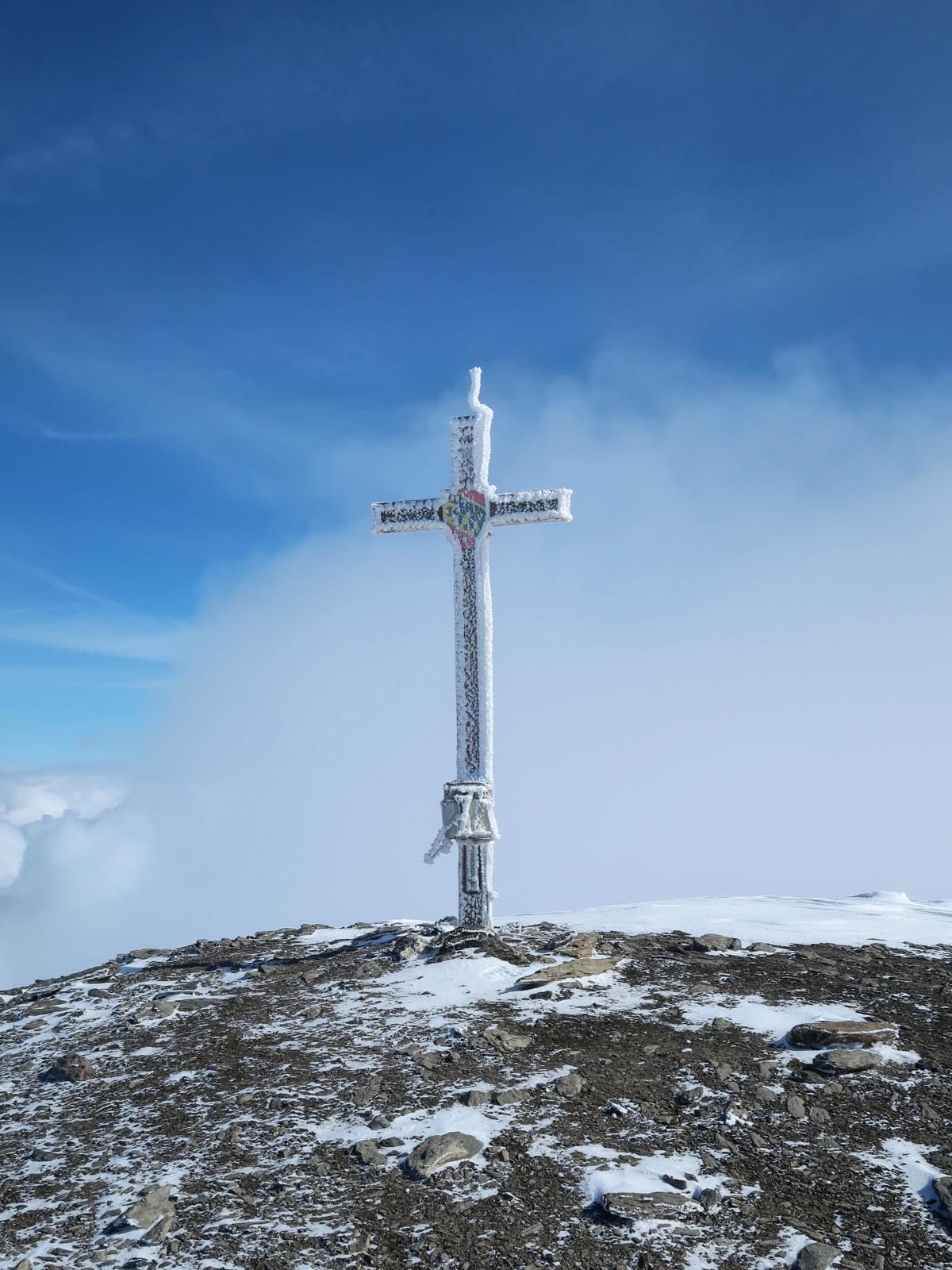Das Gipfelkreuz des Arpelistock auf 3036m ist erreicht.