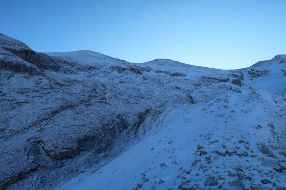 Über einen breiten Geländerücken geht es der aufgehenden Sonne entgegen.