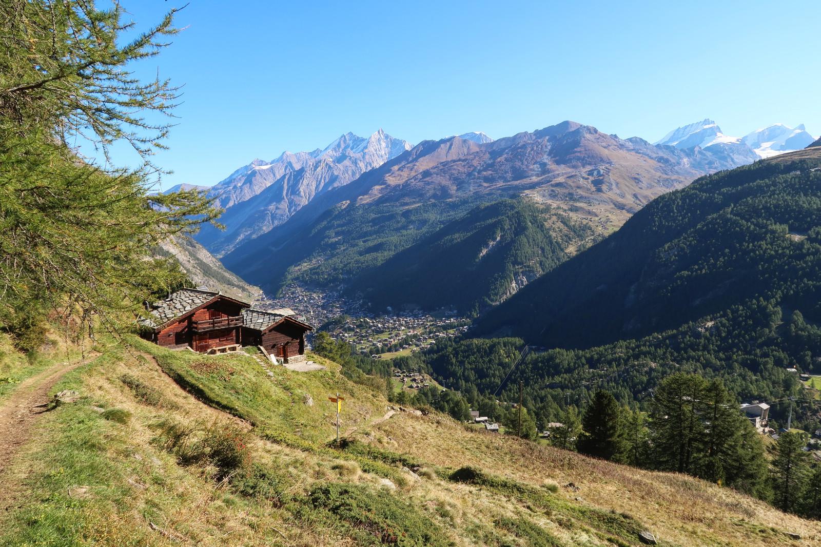 Auf dem Weg zum Schwarzsee - Im Tal ist Zermatt zu sehen.