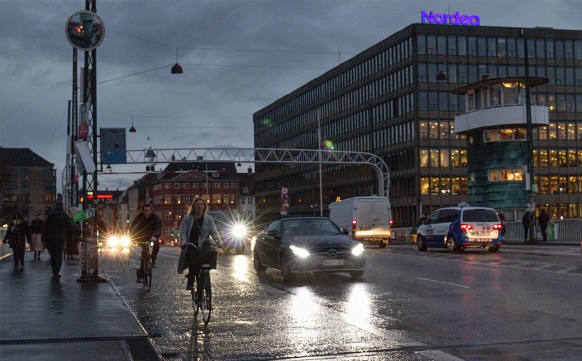Pendeln mit dem Rad geht bei Wind und Wetter. Gesehen in Kopenhagen.