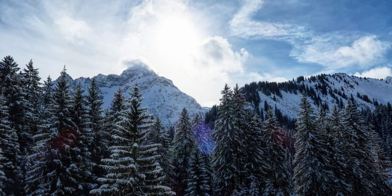 Am Morgen lugt die Sonne hinter dem Großen Widderstein hevor.