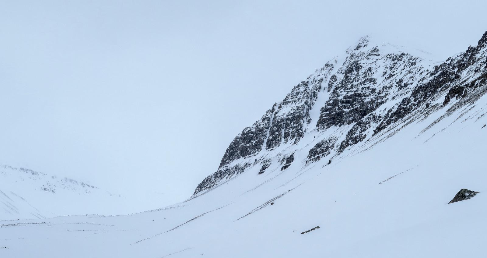 Der Barkarkolla mit seinem namenlosen Couloir bis dicht unter den Gipfel.