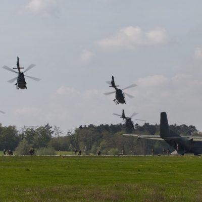 Abgesetzte Kräfte sichern die Landezone um eine C-160