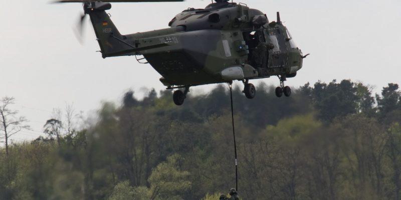 Ein NH-90 setzt eine Außenlast ab