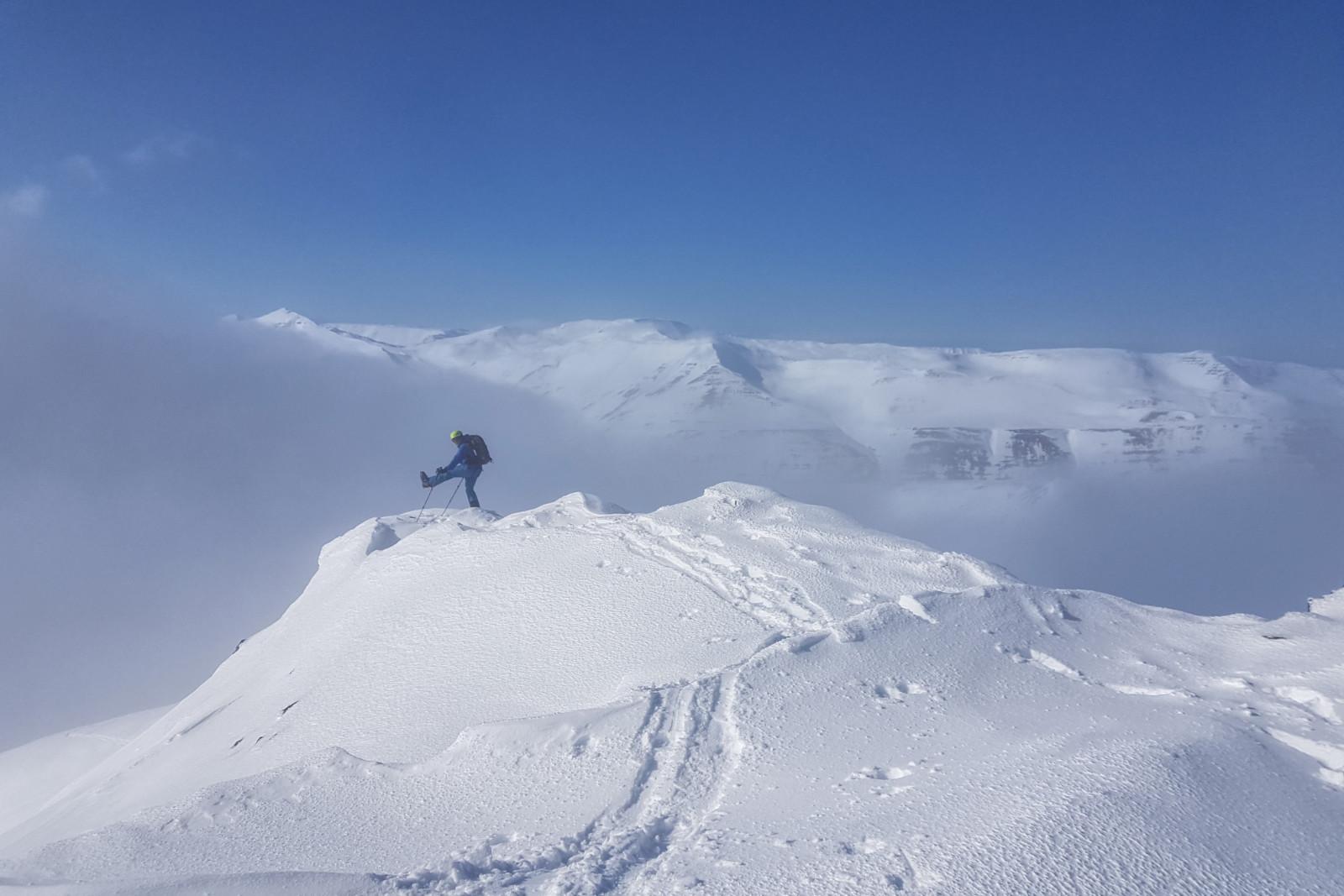 Auf dem Gipfelrücken der Rauðhyrna. Gut sind die Wolken auf der Ostseite (links) zu erkennen.