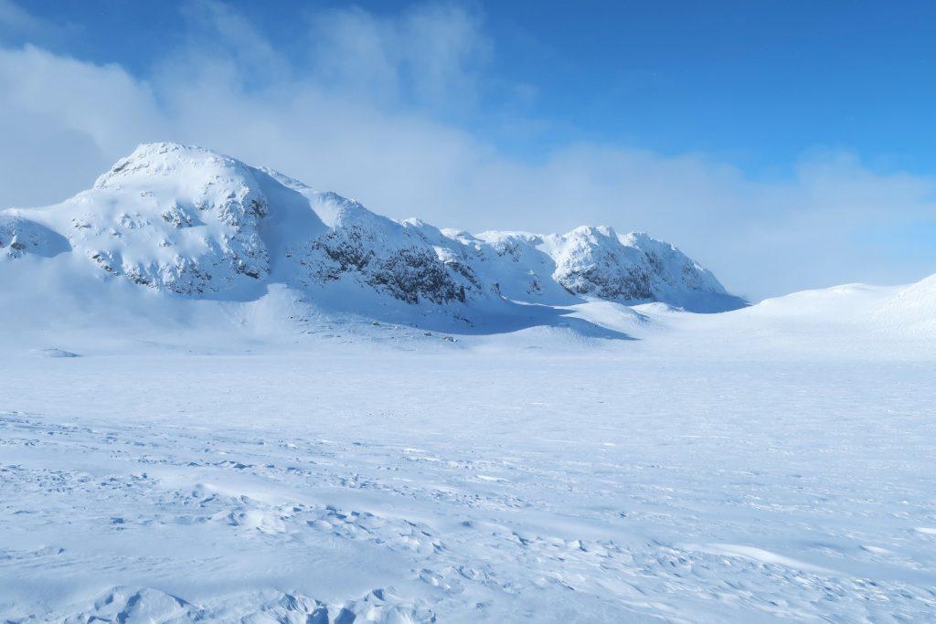 Der zugefrorene See Mannevatn, am Fuße des Bergs verläuft der Sommerweg den ich 2013 gegangen bin