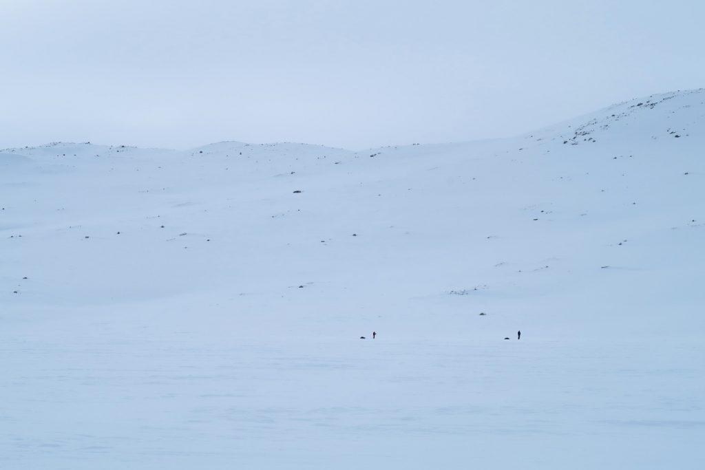 Zwei Tourengeher auf dem Finnsbergvatnet