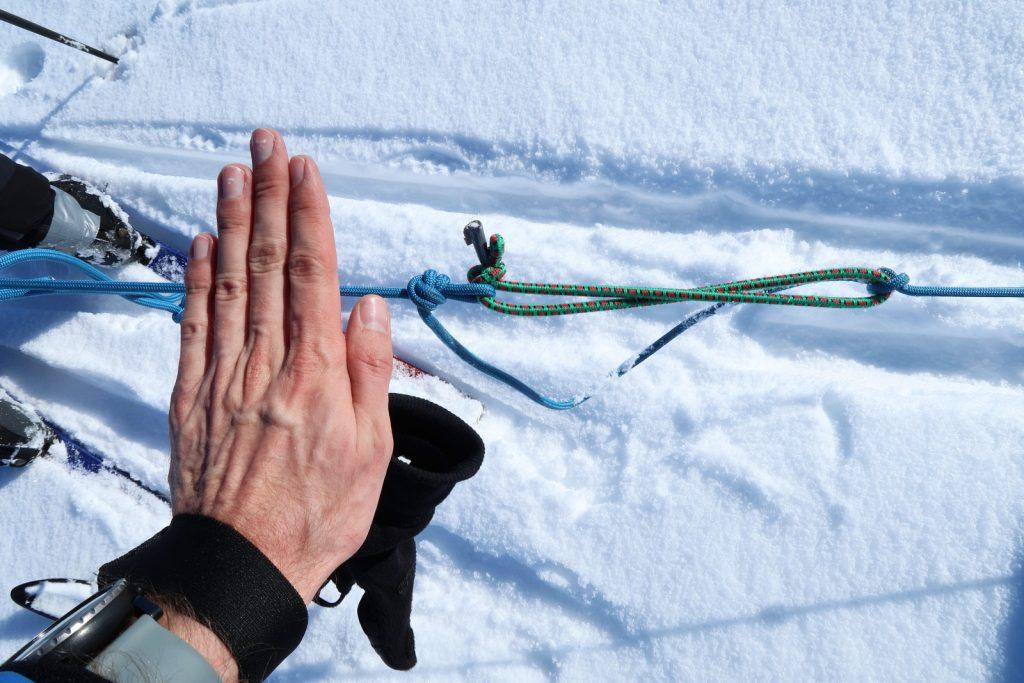 In die Reepschnur eingeknotetes Expandergummi mit Zugentlastung (Handfläche zum Größenvergleich)