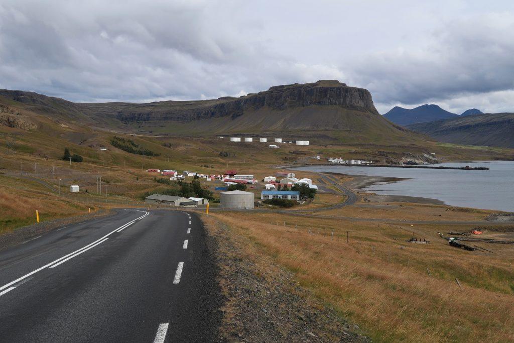 Blick zurück zu den Resten aus der bewegten jungen Geschichte des Hvalfjörður
