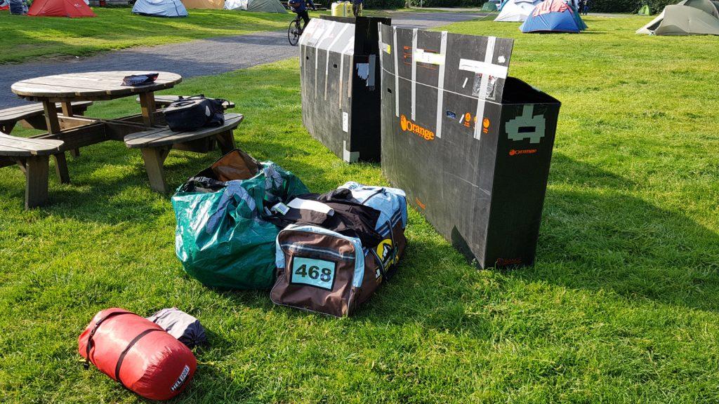 Gepäckchaos auf dem Campingplatz von Reykjavik